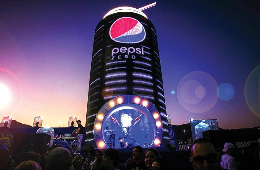 Acima, ação desenvolvida para a Pepsi no Rock in Rio 2015. Uma lata de 15 metros de altura serviu de palco para um karaokê na Cidade do Rock